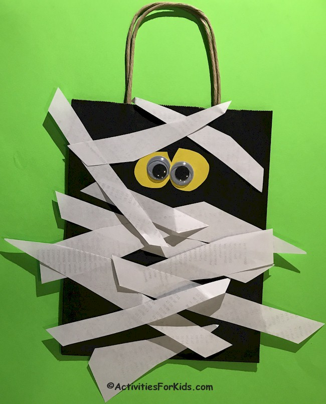 Super simiple pre-school craft for Halloween. A Trick-or-Treat Mummy Bag from ActivitiesForKids.com.